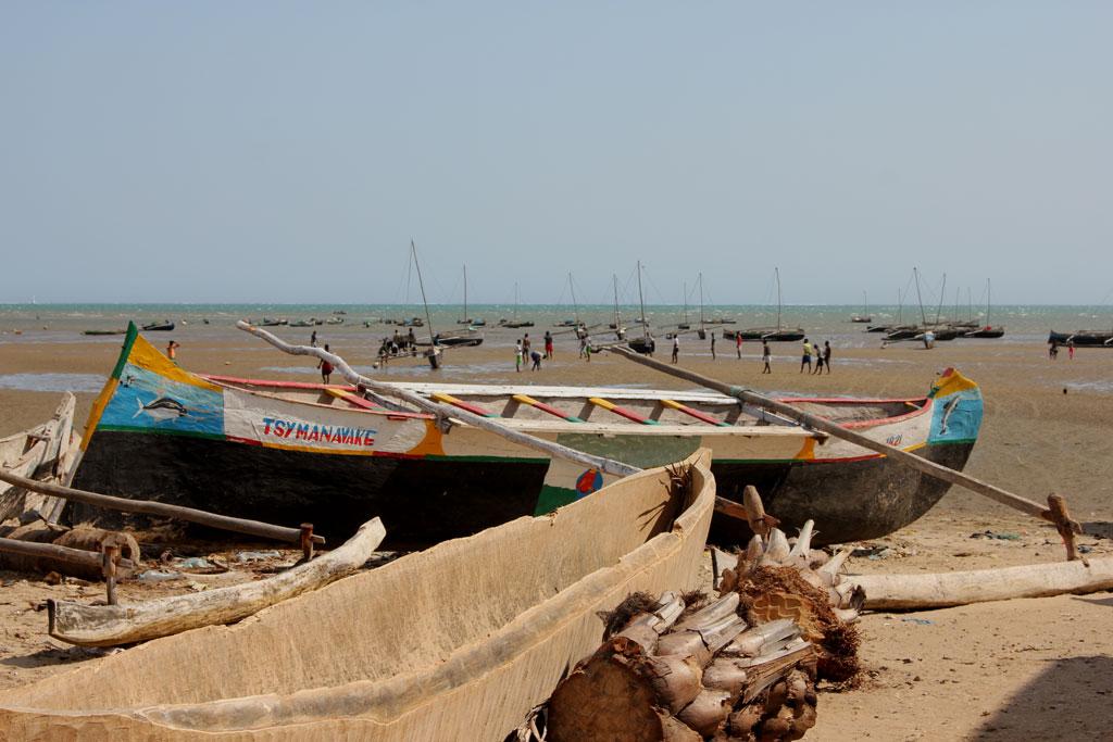 Het strand van Toliara met vissersbootjes