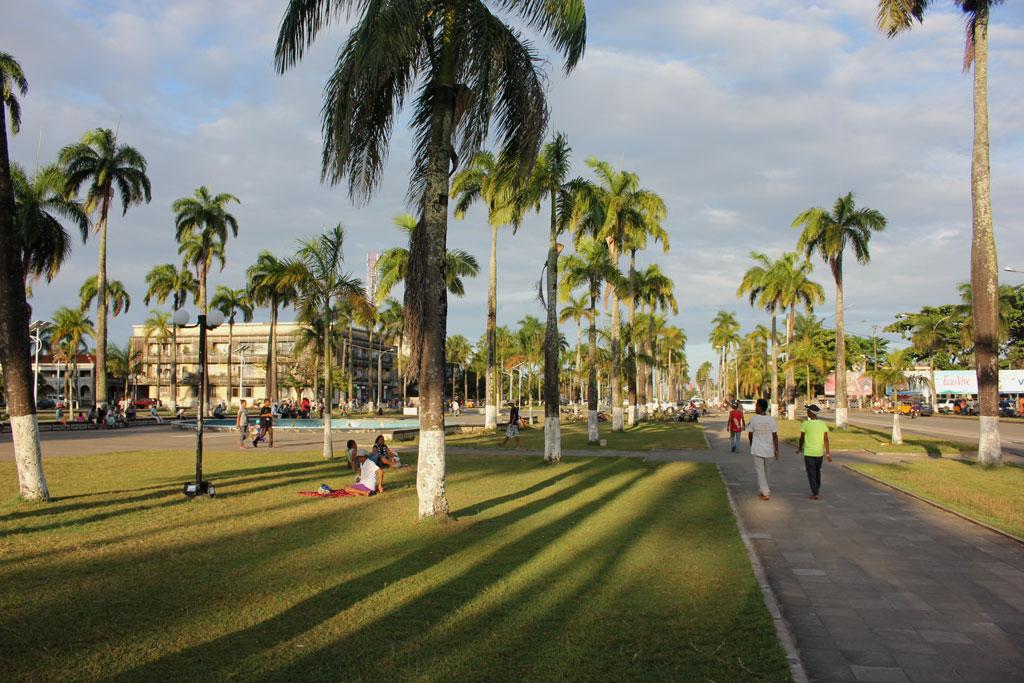 De statige Avenue de l' Indepedence met in het midden een gazon met palmen
