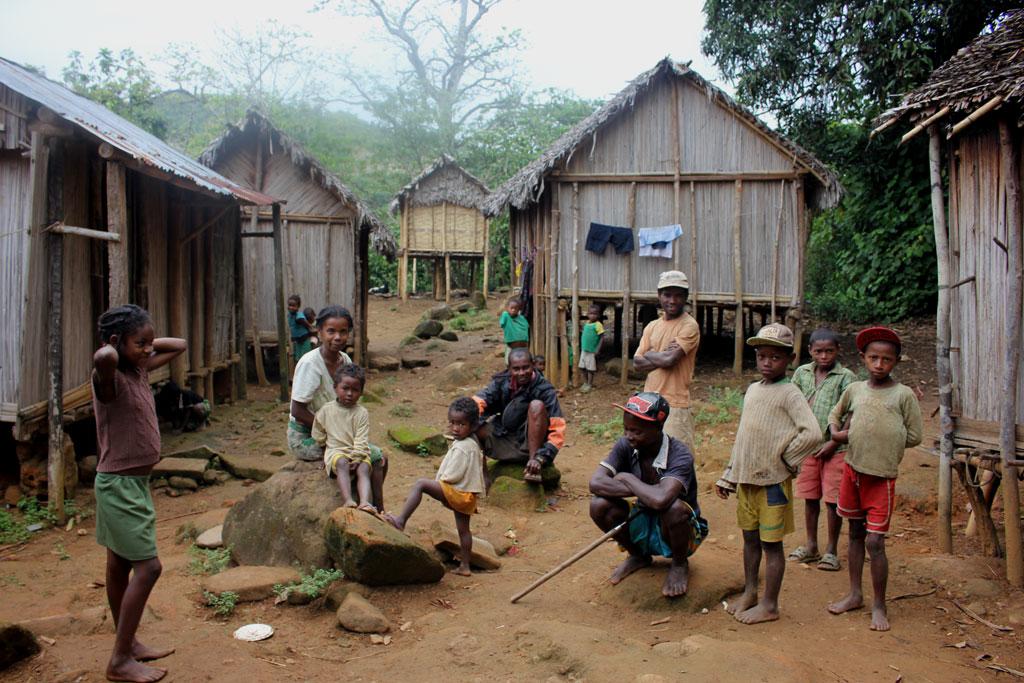 Het dorp, waarin wij slapen, met een paar kinderen en volwassenen doe ons aanstaren