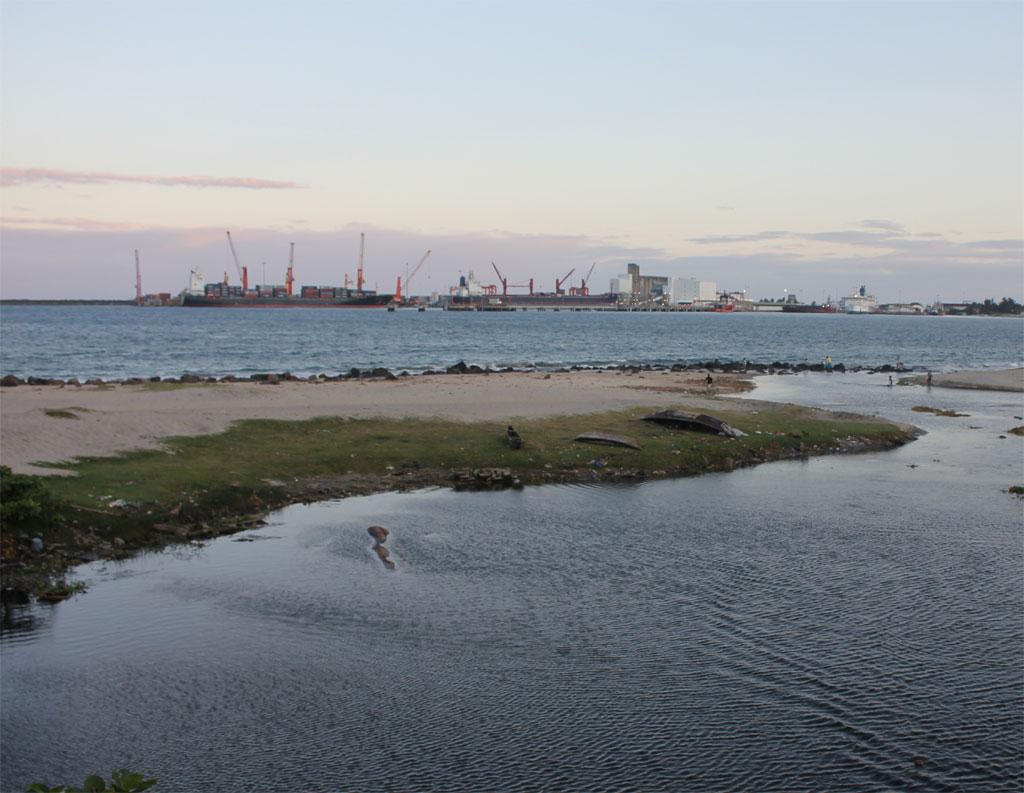 De haven van Tamatave, gezien vanaf de boulevard bij de instroom van de rivier in de zee