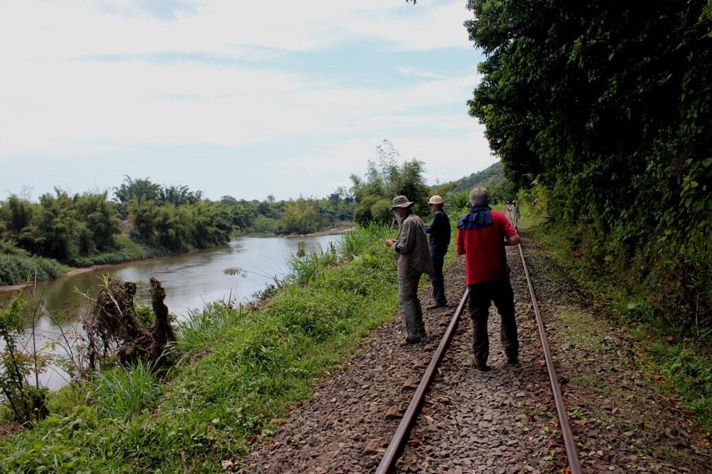 We lopen enige tijd over de spoorlijn, zodat de vlotbeheerder meer met het vlot kan manoevreren.