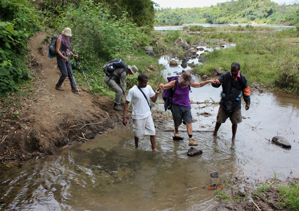 Bij het oversteken van beken maakten we zo veel mogelijk gebruik van neergelegde stenen, zodat onze voeten droog bleven.
