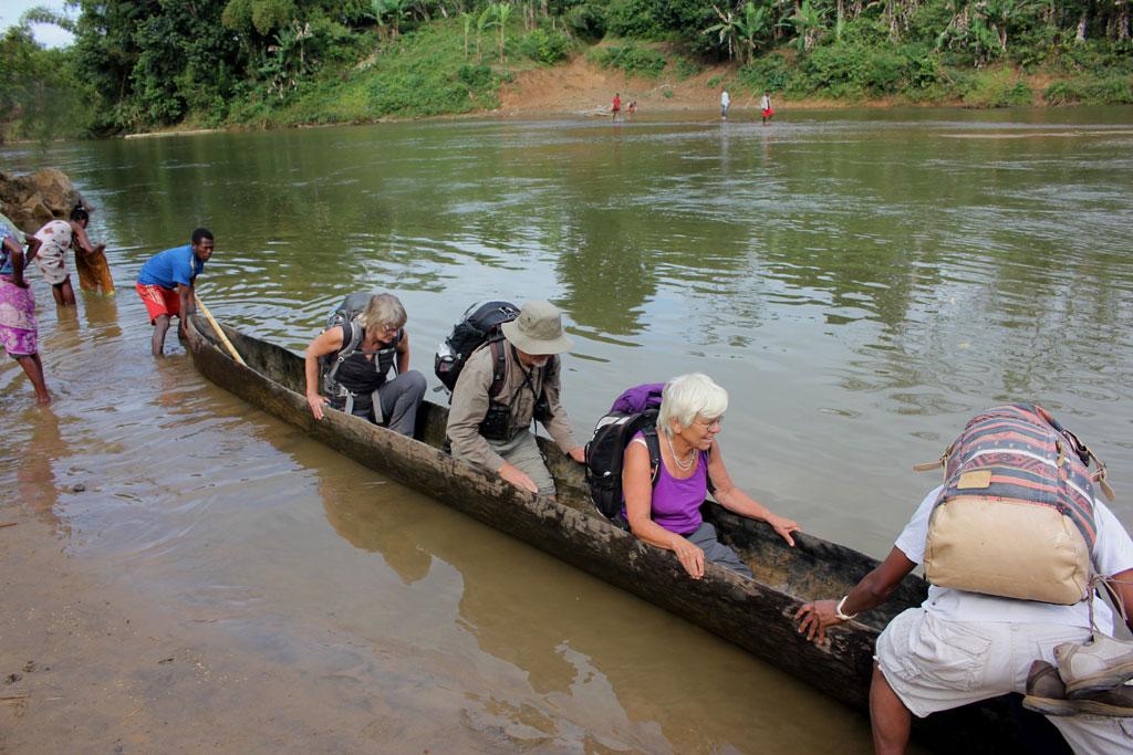 De eerste lichting, Corrie, Jan en Annelies, gaan in een piroque de rivier Riasila over.