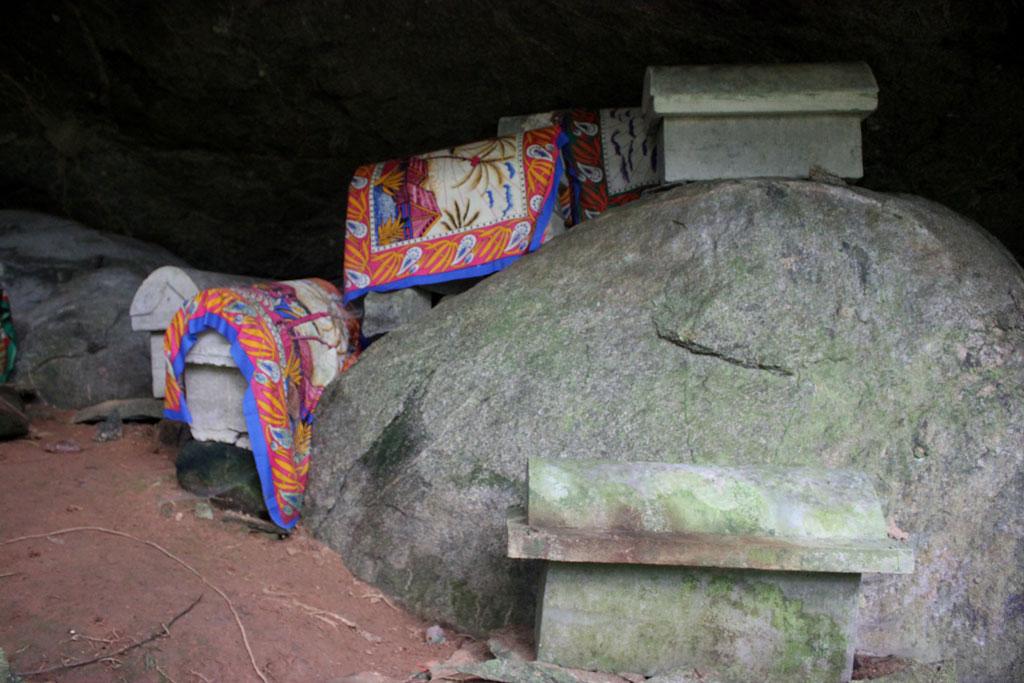 Versierde tombes van de mesne die vroeger op het eiland woonden