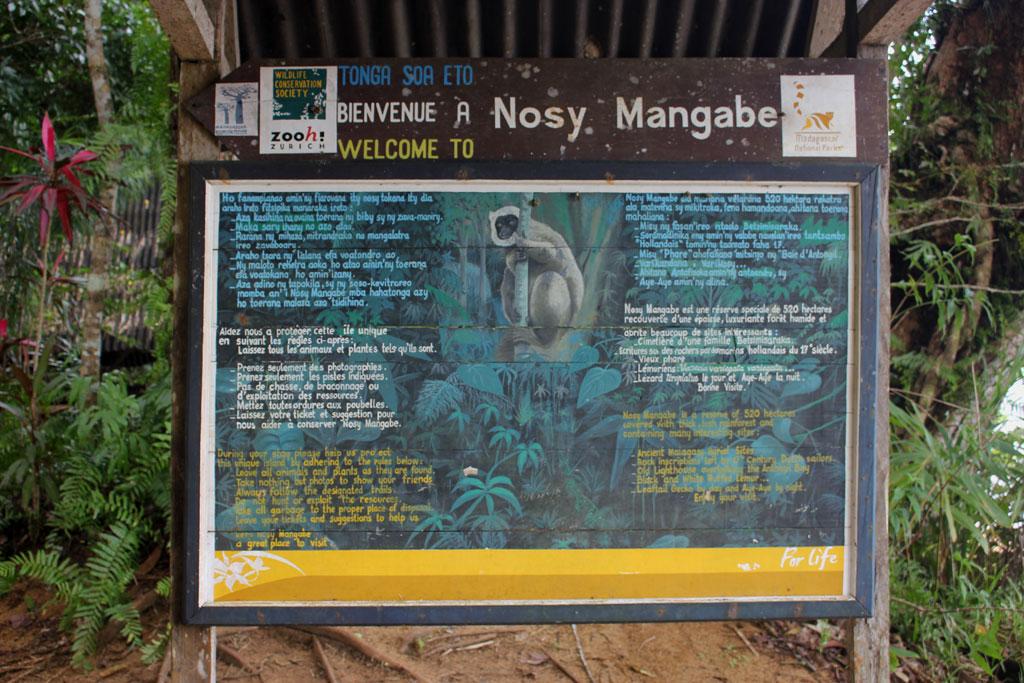 Welkomstbord van Nosy Mangabe op de plek, waar de zpdiac aanlegde.